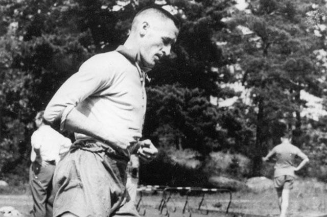 Футболист Нильс Лидхольм на тренировке, 1958 г