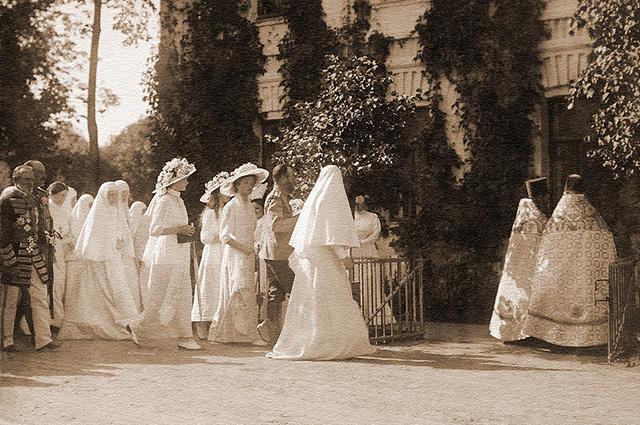 Государь Николай II с дочерьми осматривает Обитель. Май 1912 г