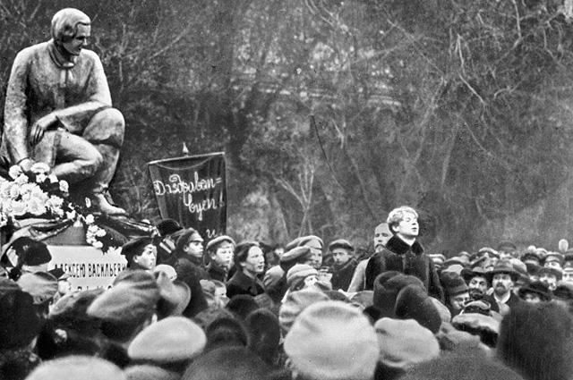 Сергей Есенин выступает на открытии памятника русскому поэту А.В. Кольцову у Китайгородской стены. 8 сентября 1925 года