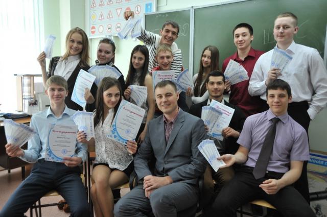 Рамиль Гареев со своими учениками. Он работает учителем технологии в школе №4 Ханты-Мансийска.
