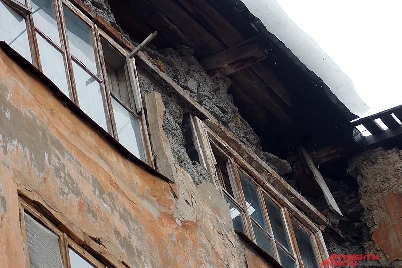 Основной причиной обрушения жильцы называют неудачную замену кровли.