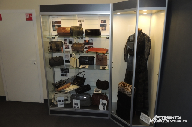 В центре экспозиции - стенд с сумочками из кино.