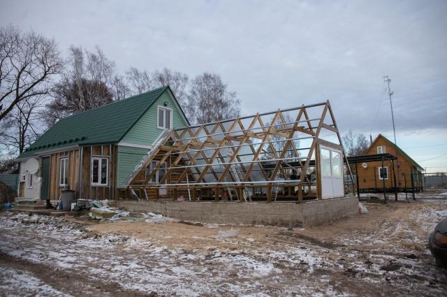 На новом месте семья Погорелова обосновалась обстоятельно. Дом, баня, вышка с антенной, чтобы быть в курсе всех новостей (привычка к работе с информацией не отпускает).