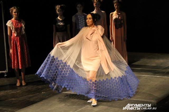 Тонкие, невесомые платья создадут весенний образ и поднимут настроение после долгой зимы.