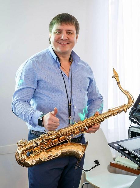 главный конёк Родиона - красивая игра на саксофоне