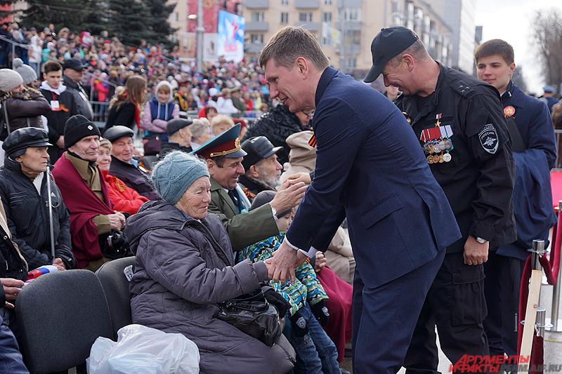 Губернатор Пермского края Максим Решетников лично поприветствовал всех участников войны на трибунах.