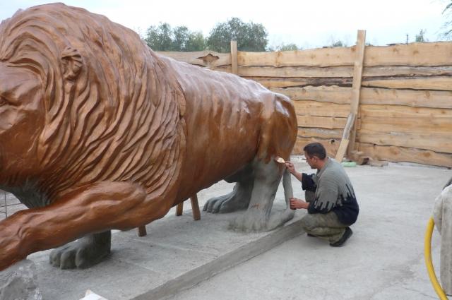 Вход в уфологический парк будет охранять два огромных льва.