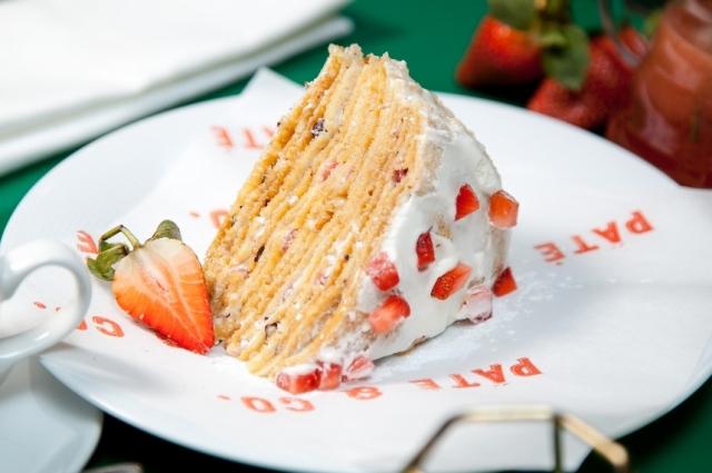 Блинный торт с клубничным муссом и фундуком