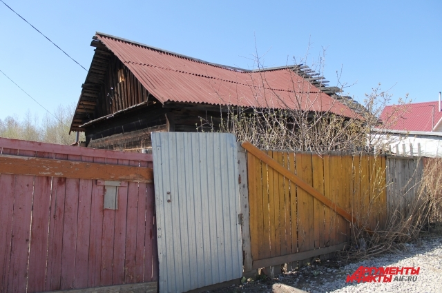 Дом, в котором живёт пенсионер, покосился от старости.