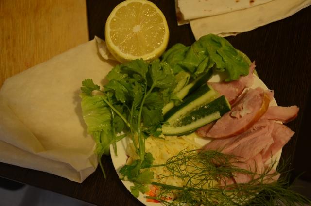 Сыр, ветчина и зелень - основа второго рулета.