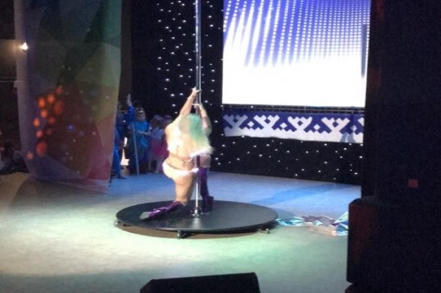 Сценический костюм девушки и движения вызвали немало вопросов у зрителей.