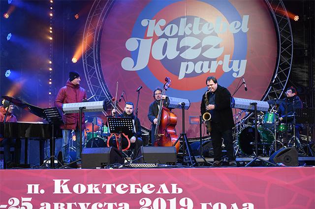 Музыканты «СимфоJazz братьев Ивановых» выступают на Koktebel Jazz Party фестиваля «Крымская весна».