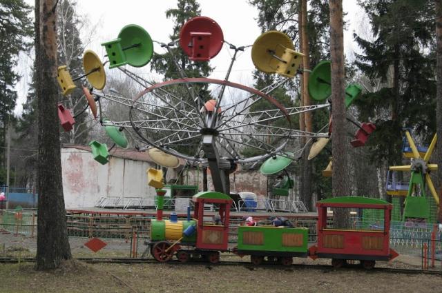 В парках Омска работают аттракционы и карусели.