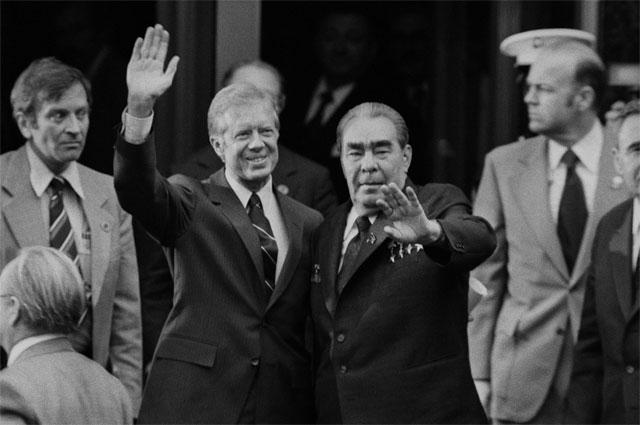 Президент США Джимми Картер иГенеральный секретарь ЦККПСС Леонид Брежнев подписали Договор между СССР иСША обограничении стратегических наступательных вооружений (ОСВ-2), Вена 1976г.