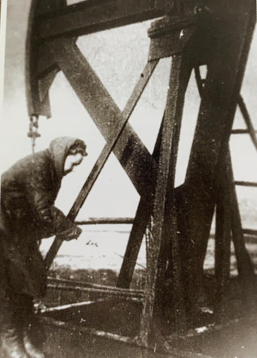 Работников нефтяной промышленности на буровых и нефтепромыслах заменили женщины и подростки.