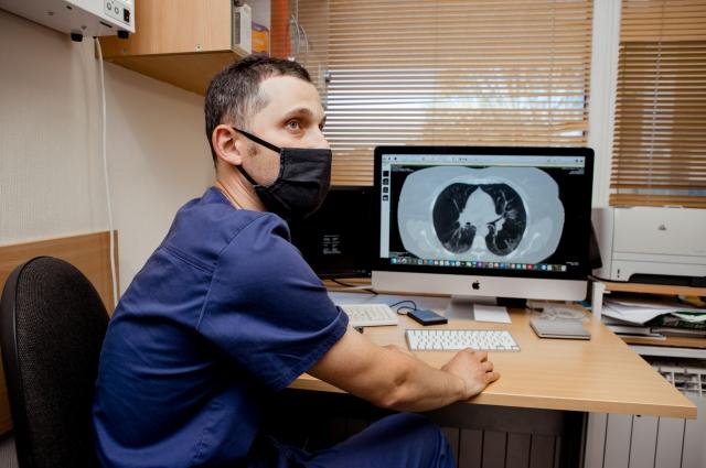 КТ-снимки легких расшифровываются автоматически, а врачи имеют доступ к просмотру результатов с рабочих станций.