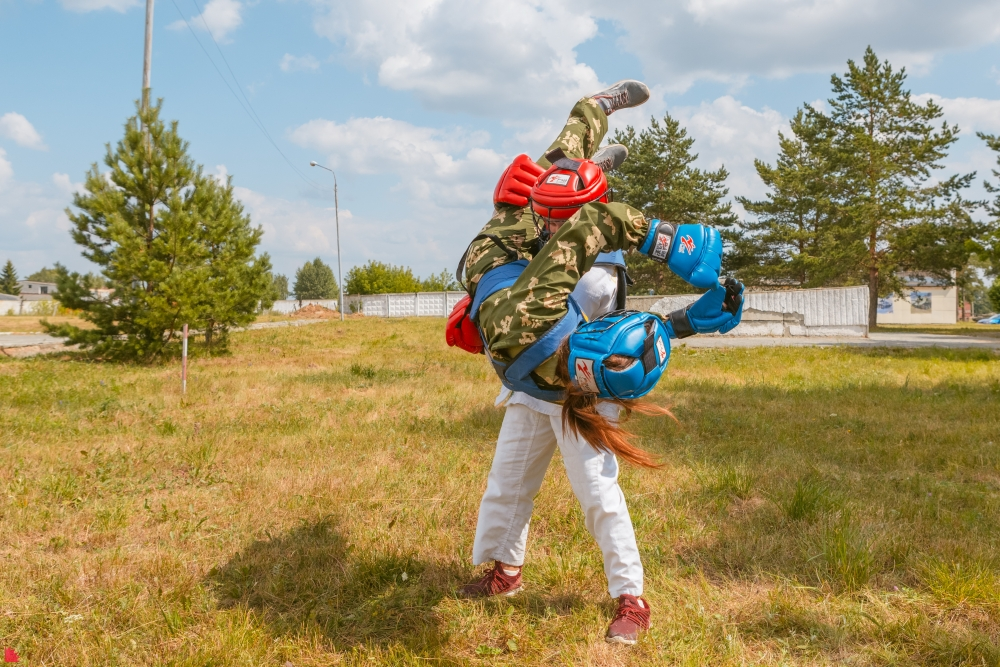 Девушки тоже занимаются армейским рукопашным боем и добиваются высоких результатов на татами.