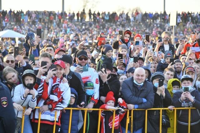 Сотни омичей пришли поздравить