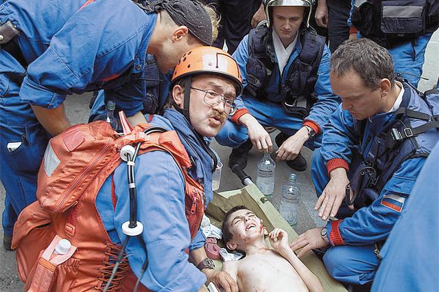 Это железное правило - первыми всегда спасают детей (Александр Попов - на переднем плане)