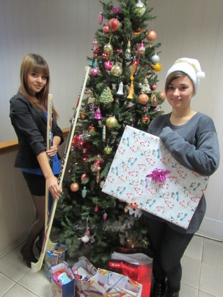 Снегурочки редакции передали подарки маленьким друзьям.