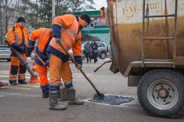 Ямы на смоленских дорогах заделывают литой асфальтобетонной смесью.