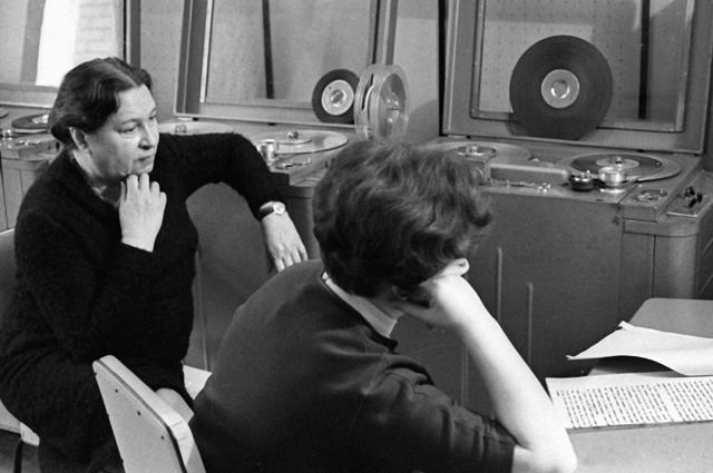 Поэтесса Агния Барто (слева) вместе средактором радиопередачи «Найти человека» Мариной Новицкой. 1970 год.