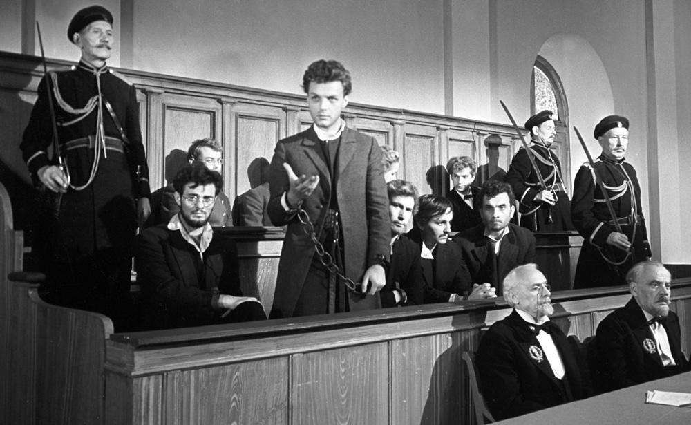 Вадим Ганшин вроли Александра Ульянова вфильме «Казнены нарассвете», 1964год.