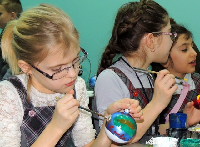 На мастер-классах дети сами разрисовывают ёлочные шары