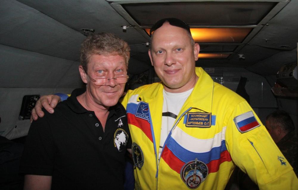 Игорь Атманский (на фото слева) единственный доктор из Челябинской области в составе бригады врачей, ответственныйх за приземление космонавтов.