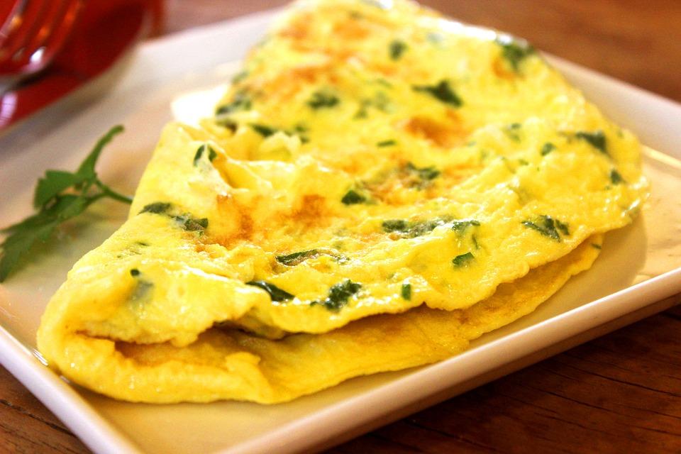 Омлет с сыром – очень легкий и вкусный завтрак.