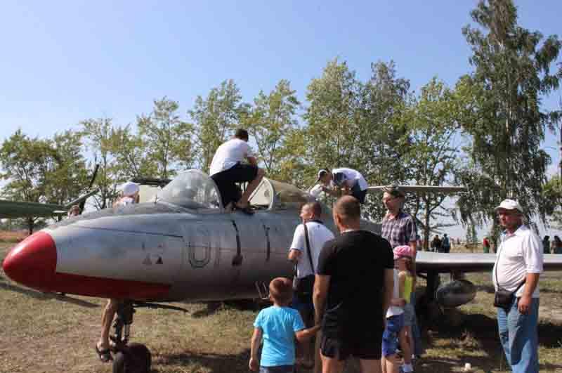 Будущие талантливые авиаконструкторы могли вживую изучить, какой он внутри - настоящий реактивный военно-спортивный самолет.