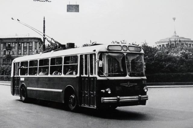 Троллейбус соединил все районы города.