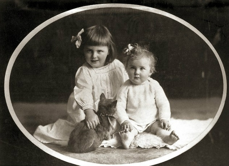 Ева (справа) и ее сестра Ильза, 1913 г.