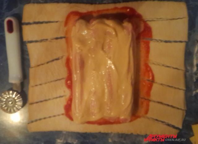 Разрезать тесто можно и ножом для пиццы.