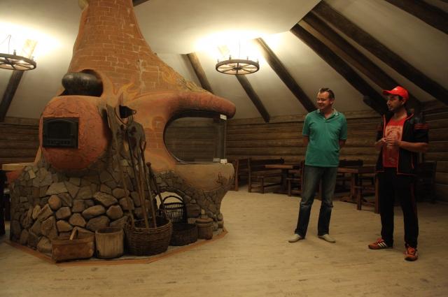 Печь в музее с тайными дымоходами и переходами, с двумя очагами и с закрученной трубой.