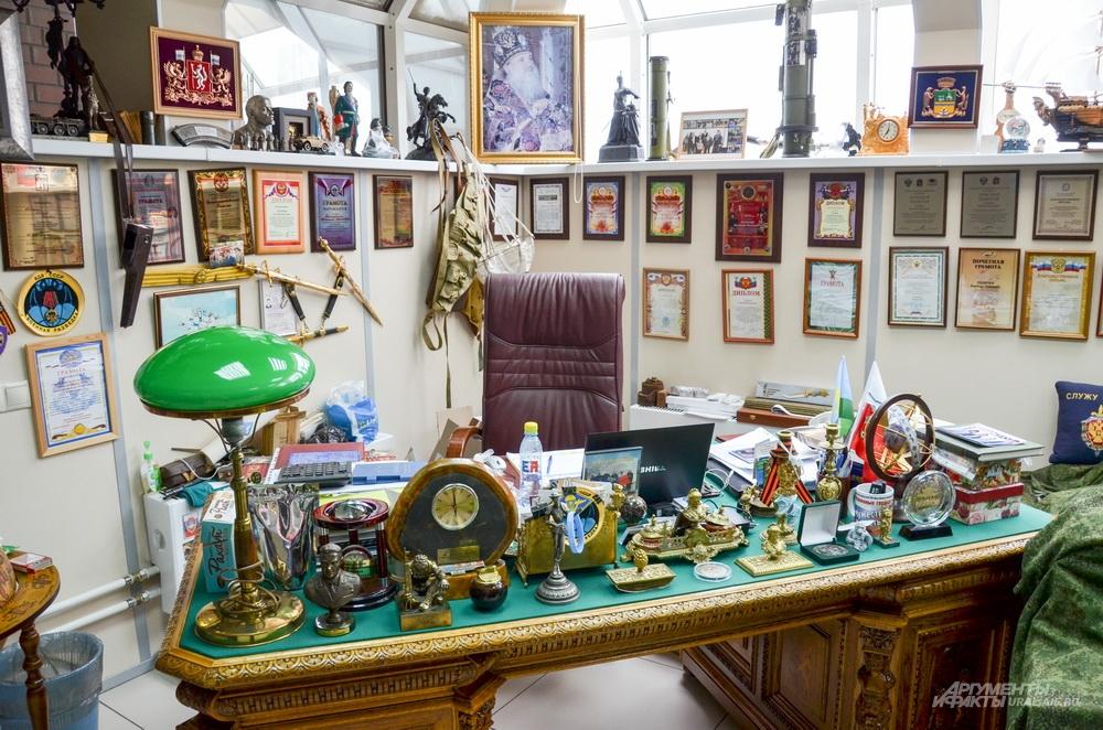 Кабинет председателя Союза десантников России – это целый музей с огромным количеством благодарственных писем, выставкой оружия и боевых наград.
