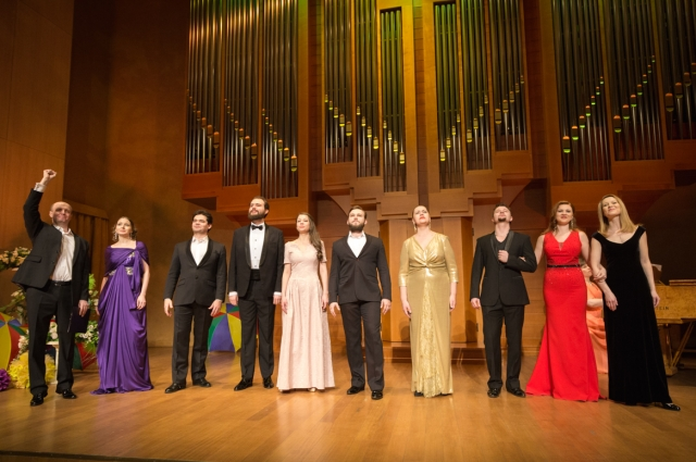 Участники коллектива, который был создан в 2012 году, - выпускники филиала Российской академии музыки им. Гнесиных в Ханты-Мансийске.