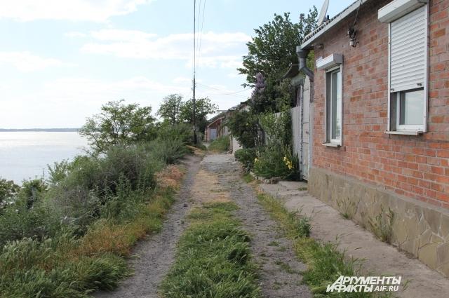 Азовское море постепенно подбирается к строениям.