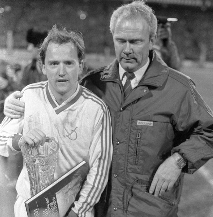 Игорь Беланов (слева) и тренер команды и сборной СССР Валерий Лобановский (справа).