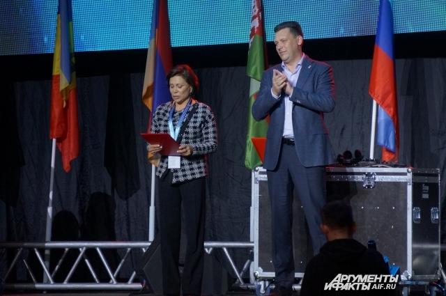 Ирина Роднина и Антон Клепиков дают старт фестивалю школьного спорта.