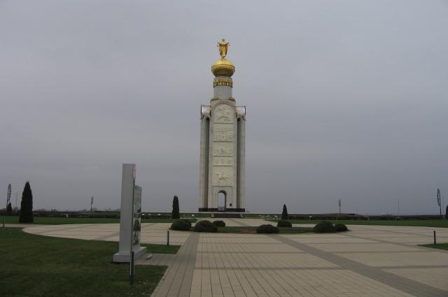 На высоте 252,2  - там, где был эпицентр Прохоровского сражения, стоит Звонница -  монумент в память павших бойцов.