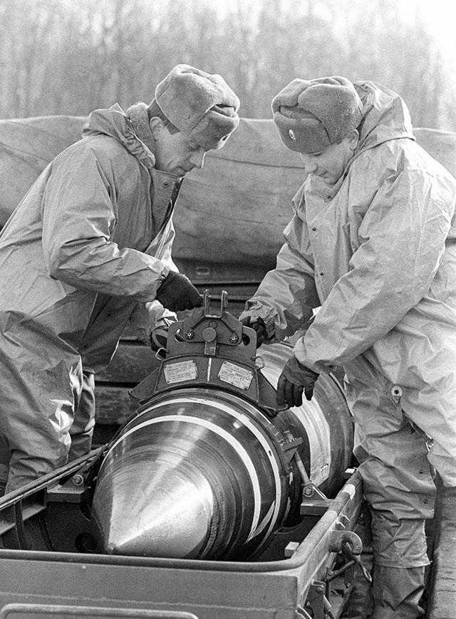 Военные укладывают ядерные боеголовки в контейнеры для вывоза. Реализация подписанного в Минске соглашения глав государств СНГ о выводе ядерного оружия с территории Украины.