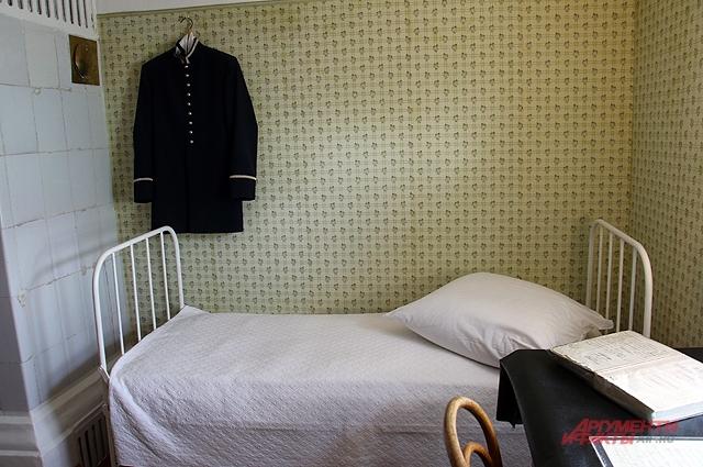 Спартанская обстановка в комнате Володи Ульянова.