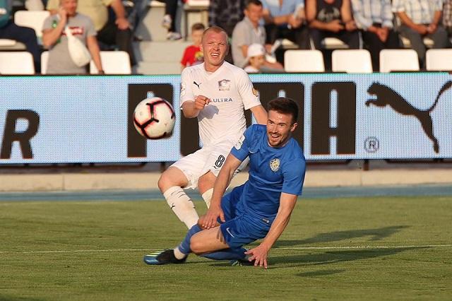 Дмитрий Карташов (в белом) пробился в профессиональный футбол из глубинки.