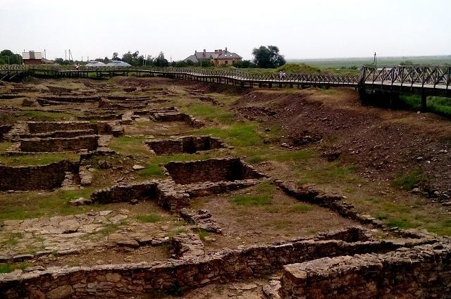 раскопки древнего городища нынче превратились в один из крупнейших в России археологических музеев-заповедников под открытым небом.