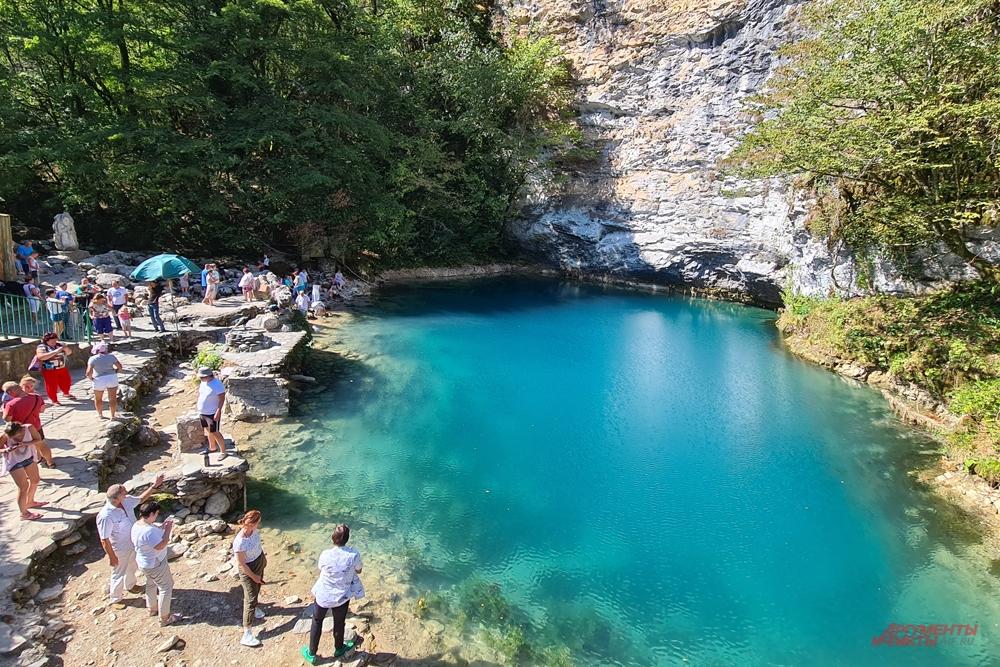 Голубое озеру недалеко от Рицы.