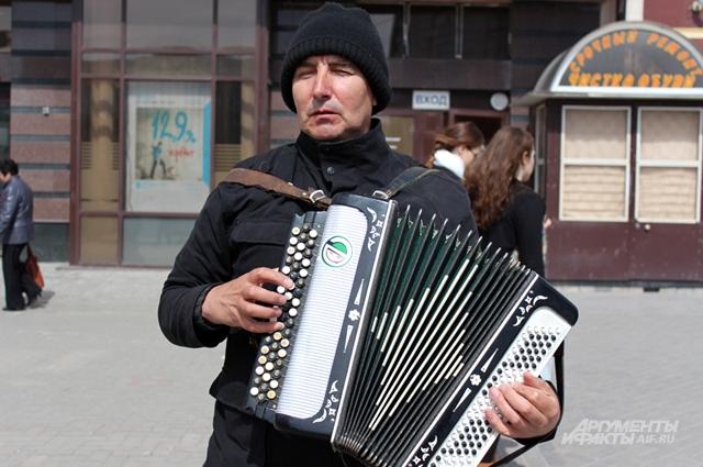 Марат научился играть на гармони в 5 лет