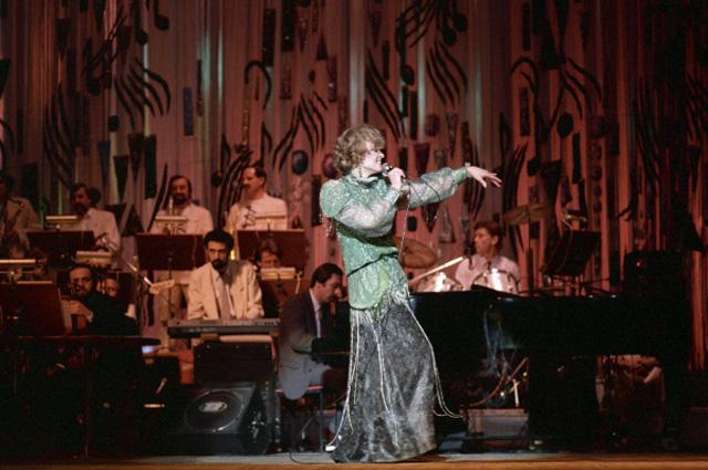 Людмила Гурченко во время выступления в Государственном центральном концертном зале Россия . 1987 год
