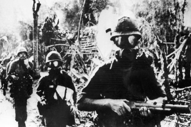 Американские военнослужащие в противогазах. Война в Южном Вьетнаме (ныне Социалистическая Республика Вьетнам)