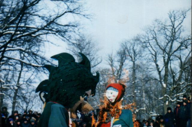 Масленица-97. Это чучело Зимы делали сами дети.